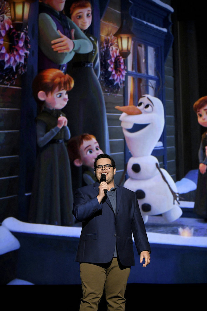 Josh Gad sings for Olaf live