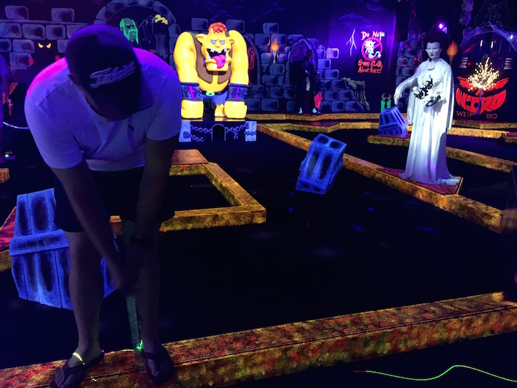 Indoor Monster Golf puttputt for hot summer days